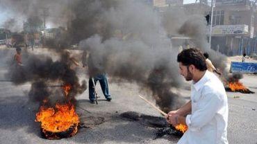 Des Pakistanais brûlent des pneus lors d'une manifestation contre le film islamophobe américain, le 21 septembre 2012