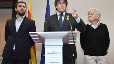 Clara Ponsati, à droite de Carles Puigdemont.