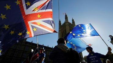 Des drapeaux sont agités lors d'une manifestation anti-Brexit à Londres le 9 octobre 2018