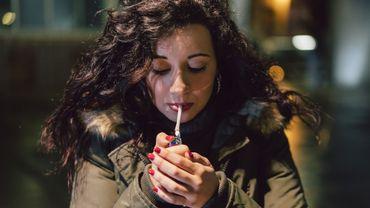 Arrêter de fumer pourrait être plus difficile pour les femmes.