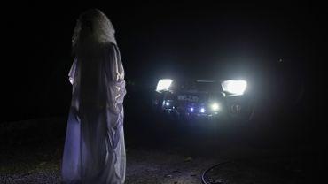 """En Malaisie, un """"fantôme"""" hante les rues pour que les personnes respectent le confinement"""