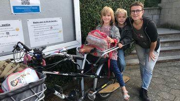 Anne et son vélo électrique adapté pour le transport de ses enfants