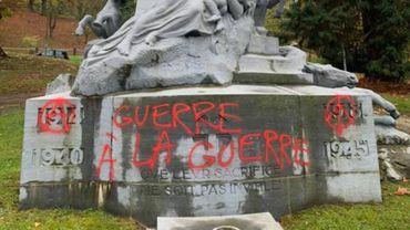 Quatre monuments aux morts de la Grande Guerre et de la Seconde Guerre mondiale ont été tagués la nuit dernière à Namur.