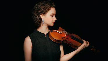 La violoniste Hilary Hahn pose son archet pendant une année de congé sabbatique