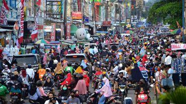 Des centaines de musulmans indonésiens se pressent dans un quartier commerçant pour acheter de nouveaux vêtements pour l'Aïd el-Fitr, à Bekasi (Indonésie) le 22 mai 2020