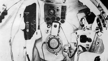 """Photo prise, le 15 avril 1961, de l'habitacle de la fusée """"Vostok"""", à bord de laquelle le premier homme de l'espace Youri Gagarine (D) va faire le tour de la terre."""