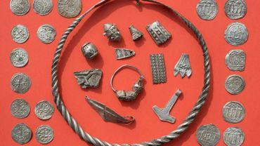 Des pièces du trésor ayant pu appartenir au roi danois Harald à la Dent bleue exposées à Schaprode, le 13 avril 2018 en Allemagne