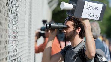 Un homme manifeste à Griesheim en Allemagne face à une antenne de la NSA le 20 juillet 2013