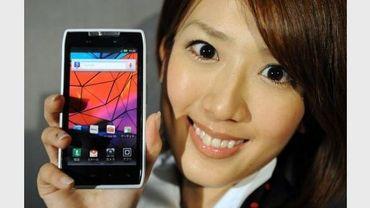 Un téléphone portable Motorola présenté à Tokyo, le 2 mars 2012