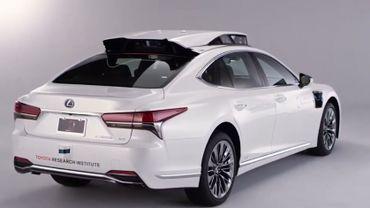 Des technologies de perception environnementale  ont été installées sur le toit de cette Lexus LS : radar LIDAR, capteurs, des caméras et un système de localisation haute-précision.