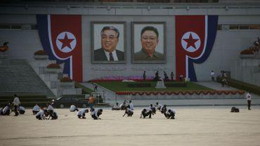 Des étudiants dessinent des marques sur le sol en prévision d'une grande chorégraphie qui sera dévoilée à l'occasion du 70ème anniversaire de la République.