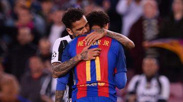 Neymar consolé par Dani Alves