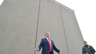Le président américain examine des prototypes du mur qu'il veut construire à la frontière avec le Mexique lors d'une visite à San Diego le 13 mars 2018