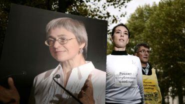 Un portrait de la journaliste russe assassinée Anna Politkovskaya brandi par un membre de l'Acat (Action des chrétiens pour l'abolition de la torture) lors d'une manifestation d'hommage, à Paris le 6 octobre 2008