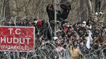 Des migrants bloqués du côté turc de la frontière avec la Grèce, le 2 mars 2020 près de Kastanies