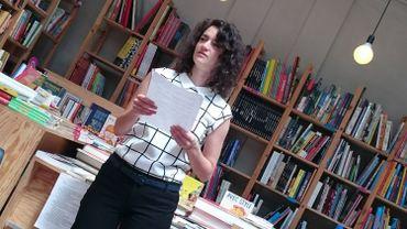 """Catherine Huard, interprète de """"Retour au territoire"""" déclame certains textes par cœur et en lit d'autres"""