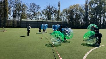 Grâce au bubble foot, des élèves de la Ville de Bruxelles peuvent encore faire du sport à l'école