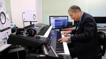 """Minoru Mukaiya compose des """"Hassha Melody"""", de courtes rengaines musicales qui égayent le trajet des passagers du métro bondé de Tokyo"""