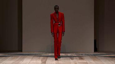 Le tailleur-pantalon rouge vu par Alexander McQueen