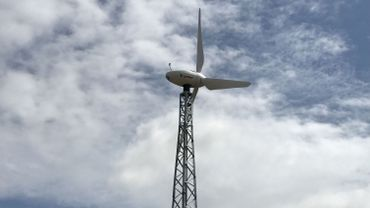 """Une éolienne placée par la société """"Sun Air Energy"""". Sa hauteur est de vingt mètres et son diamètre est de dix mètres."""
