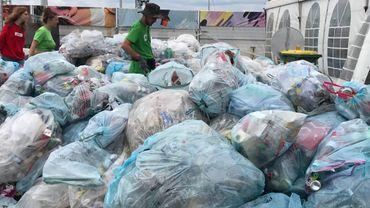 Tous les sacs bleus du festival sont amenés au centre de tri, à quelques mètres des concerts