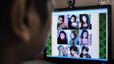Un homme regarde des photos d'une actrice pornographique japonaise