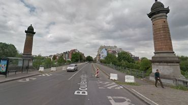 Des blocs en béton ont déjà été placés sur le pont, notamment pour freiner un peu le trafic sur place