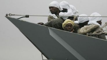 Des migrants africains sur une embarcation de la police italienne à Porto Empedocle, au sud de la Sicile, le 20 avril 2009