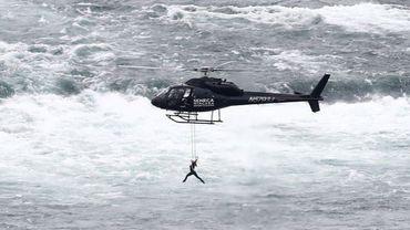 Une acrobate suspendue par la bouche au-dessus des chutes du Niagara