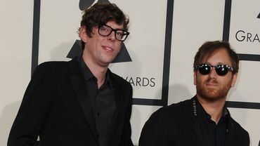 Patrick Carney (G) et Dan Auerbach de The Black Keys aux Grammy Awards à Los Angeles, le 8 février 2015.