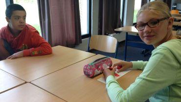 Tristan et Aurore peuvent sourire, tout comme leurs parents. Leur nouvelle école à Wavre est sauvée, au moins pour cette année.