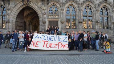 Une cinquantaine de manifestations se sont rassemblés ce vendredi soir sur la Grand-Place de Mons.