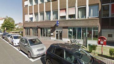 Une centaine de personnes se sont rassemblées lundi soir devant le commissariat d'Etterbeek.