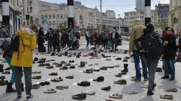 Les chaussures étaient accompagnées de slogans rappelant la responsabilité de l'Otan et de l'Union européenne.