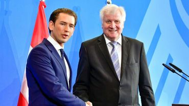 """Le chancelier conservateur autrichien Sebastian Kurz, au côté du ministre allemand de l'Intérieur Horst Seehofer, a annoncé """"un axe des volontaires dans la lutte contre l'immigration illégale"""" avec Rome et Berlin, le 13 juin 2018."""