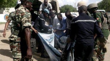 Des forces de sécurité  évacuent un corps après un attentat-suicide à Maroua, la capitale de l'Extrême-nord du Cameroun, le 22 juillet 2015.