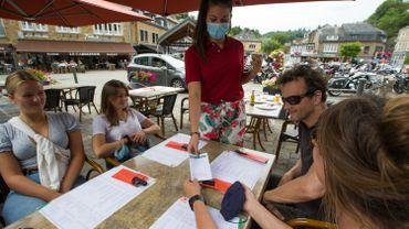 Prise de coordonnées pour les clients d'un restaurant de La Roche en Ardenne, le 25 juillet 2020