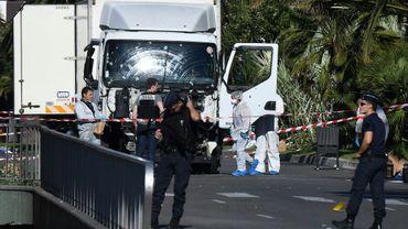 La police autour du camion à l'origine de l'attaque terroriste de Nice le 15 juillet 2016