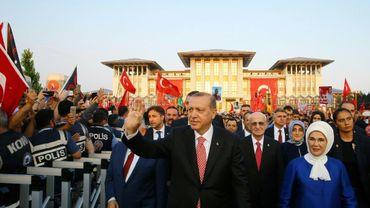 Le président turc Recep Tayyip Erdogan et sa femme Emine arrivent à la cérémonie pour le premier anniversaire du putsch manqué, le 15 juillet 2017 à Istanbul