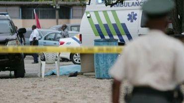 Une ambulance près du lieu où Helmin Wiels, chef de file du principal parti indépendantiste de l'île de Curaçao, a été retrouvé mort, le 6 mai 2013