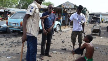 Des villageois interrogent une personne suspectée de renseigner Boko Haram.