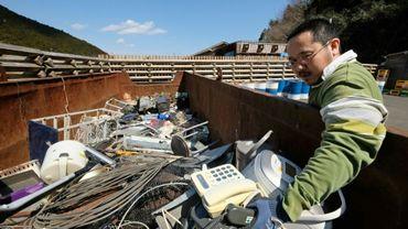 Un habitant de Kamikatsu au Japon apporte à la décharge des objets à recycler, le 14 mars 2019