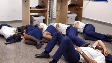 """La compagnie a ajouté que le groupe avait mis en scène """"une fausse photo pour appuyer la plainte erronée qu'ils étaient contraints de dormir sur le sol de la salle d'équipage de Malaga""""."""