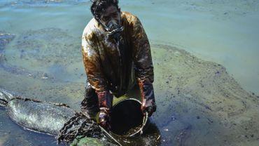 Maurice: course contre-la-montre pour pomper le carburant du bateau échoué