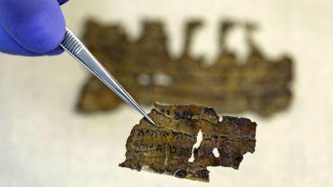 Fragments de manuscrits de la mer Morte, dans un laboratoire à Jérusalem, le 2 juin 2020