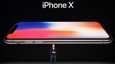 Le patron d'Apple Tim Cook présente l'iPhone X au siège de l'entreprise à Cupertino en Californie, le 12 décembre 2017