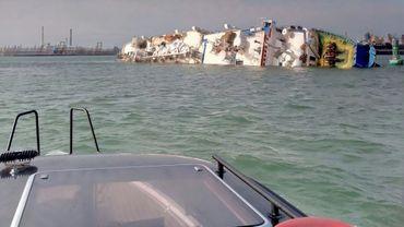 Le Queen Hind, battant pavillon de Palau, chavire avec 14.600 moutons à bord, dans le port de Midia proche de Constanta sur la mer Noire, le 24 novembre 2019