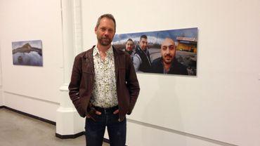 Jens Olof Lasthein pose devant ses oeuvres au Musée de la Photographie de Charleroi