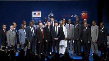 Le ministre de l'Intérieur Manuel Valls et le maire de Lyon Gérard Collomb pose le 8 juillet 2013 à Lyon avec des ministres de pays membres d'Interpol