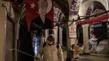 Les équipes de désinfection nettoient la grand bazar d'Istanboul en pleine expansion du coronavirus.